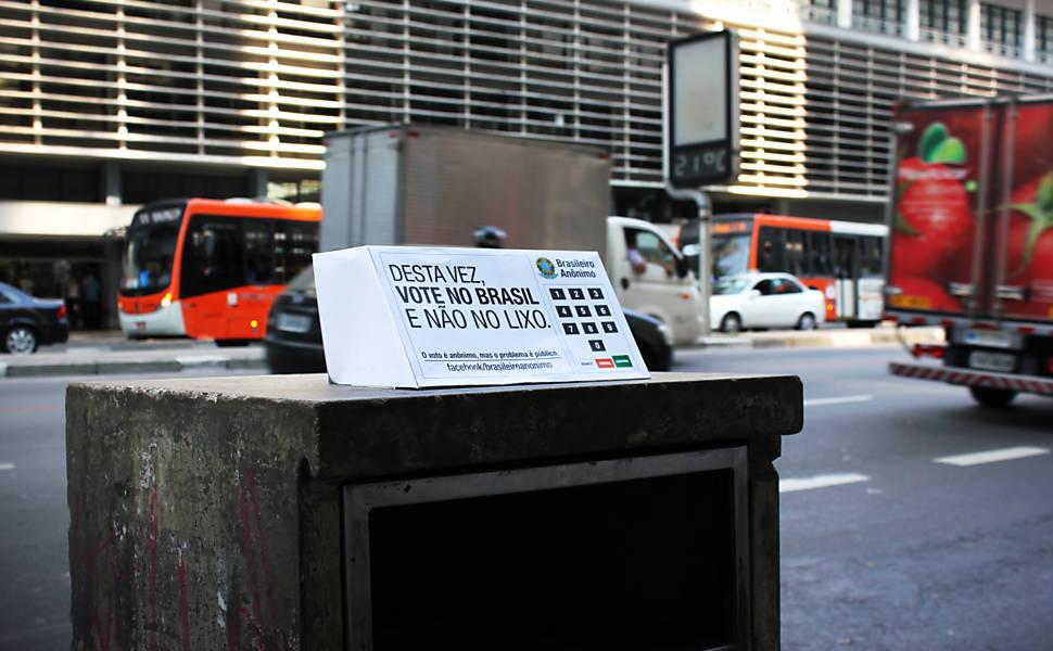 Intervenção artística coloca urnas no lixo