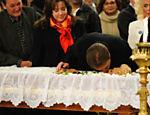 Silvio Santos dá selinho em Hebe Camargo durante o velório da apresentadora