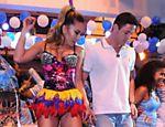 Sabrina Sato dança com Dener, seu pretendente, na quadra da escola Vila Isabel