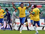 Paulinho comemora ao marcar um gol em partida amistosa contra o Japão, realizada na Polônia em 2012