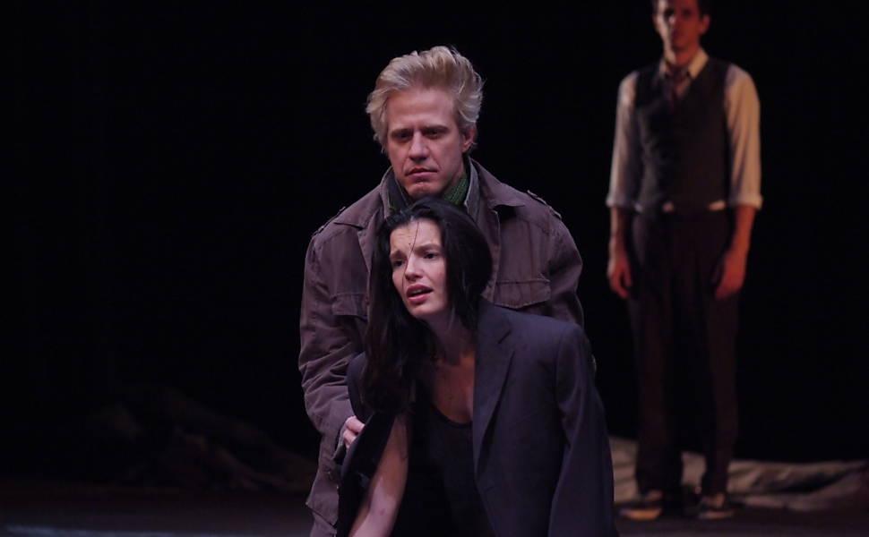 Thiago Lacerda como Hamlet em montagem da peça de 2012