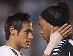 Neymar e Ronaldinho se cumprimentam antes de uma partida entre Santos e Atlético-MG