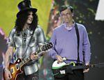 O guitarrista Slash (à esq.) toca ao lado do empresário Bill Gates, da Microsoft, em Las Vegas <a href=
