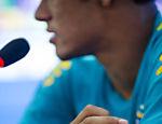 Detalhe da aliança de Neymar com Bruna Marquezine durante entrevista após treino da seleção no CT do Corinthians
