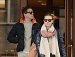 Scarlett Johansson e Romain Dauriac deixam hotel para tomar café da manhã em Nova York
