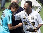 Neymar e Pelé se encontram durante a comemoração do centenário do Santos na Vila Belmiro