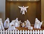 Presépio em tamanho natural confeccionado por idosos enfeitam o interior da Capela de São Cristóvão em São Simão (SP) <a href=