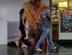 Paula Fernandes acompanhada do segurança em shopping do Rio de Janeiro