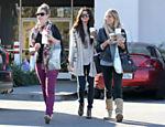 Selena Gomez (centro) sai de restaurante com amigas