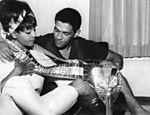 Garrincha ao lado da cantora Elza Soares e a taça Jules Rimet
