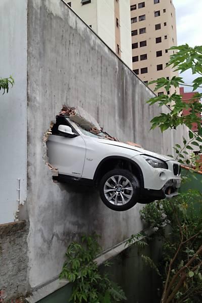 Carro atravessa muro em Blumenau (SC)