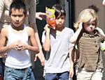 Maddox, Pax e Shiloh foram passear com seus pais, Angelina Jolie e Brad Pitt, pelas ruas de Nova Orleans