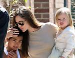 Com Vivienne no colo, Angelina dá um beijo em Maddox