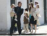 A família caminhava pelas ruas da cidade de Nova Orleans, nos EUA, onde Brad Pitt trabalha em seu novo filme, Cogan's Trade, dirigido por Andrew Dominik