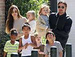 Angelina carrega Vivienne e Brad Pitt, Knox; da esq. para a dir.: Zahara, Maddox, Shiloh e Pax