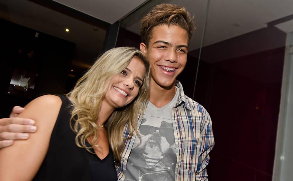 Ex-mulher e filho de Ronaldo vão a show de Fatboy Slim