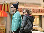 Scarlett Johansson e Romain Dauriac passeiam pelas ruas de Nova York