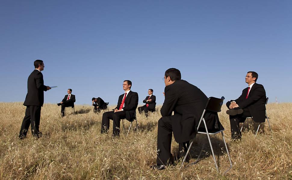 10.SEJA PRIMITIVO NO TRABALHO:  Marque reuniões durante caminhadas, peça mesas altas para trabalhar de pé e implemente dez minutos de soneca expressa.