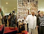 Marta Suplicy, então prefeita de São Paulo em 2004, visita o museu Afro Brasil ao lado do curador Emanuel Araujo