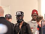 Justin Bieber vai às compras em Londres, Reino Unido, usando uma máscara de gás em seu rosto