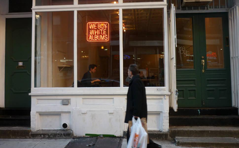 Artista cria 'loja' dedicada ao 'Álbum Branco' dos Beatles