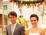 Ao lado de Sinval (Kayky Brito), ela aparece vestida de noiva em cena da novela
