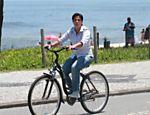 Thammy Gretchen passeia de bicicleta na orla do Recreio dos Bandeirantes, no Rio de Janeiro