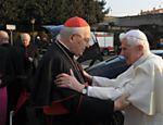 Foto divulgada pelo Vaticano mostra Bento 16 cumprimentando o cardeal Angelo Sodano, decano do Colégio de Cardeais <a href=