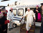 Foto divulgada pelo Vaticano mostra Bento 16 desembarcando do helicóptero que o levou do Vaticano a Castel Gandolfo <a href=