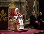 Foto divulgada pelo Vaticano mostra Bento 16 discursando aos cardeais no Salão Clementine, no início de seu último dia como papa <a href=