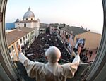 Foto divulgada pelo Vaticano mostra Bento 16 discursando a centenas de fiéis, na cidade de Castel Gandolfo <a href=