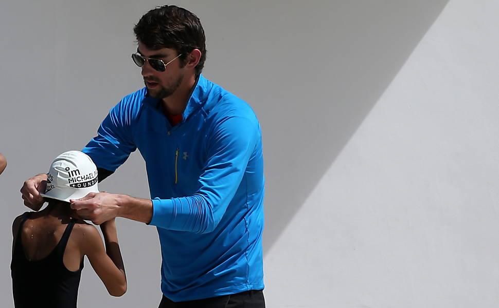 Michael Phelps dá aula para crianças na Rocinha