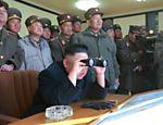 Em foto sem data, divulgada pela agência de notícias norte-coreana no dia 14 de março, o ditador Kim Jong-un e oficiais militares observam  exercício para examinar capacidades de combate de subunidades de artilharia, cuja missão é atingir ilhas da Coreia do Sul