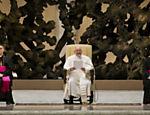 Papa Francisco participa de audiencia com a imprensa na sala Paolo VI no Vaticano