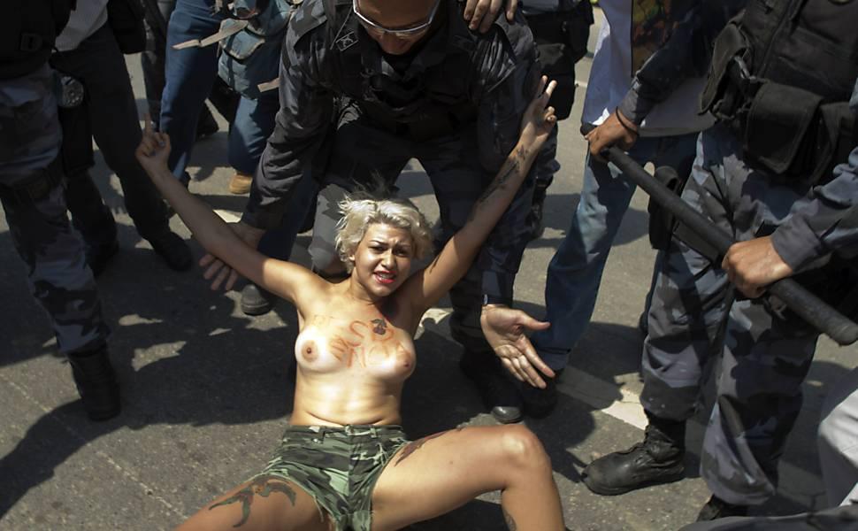 Integrante do Femen protesta no Rio
