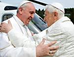 Papa Francisco e Bento 16 se abraçam