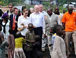 Angelina Jolie visita acampamento na República Democrática Congo ao lado do chanceler britânico, William Hague