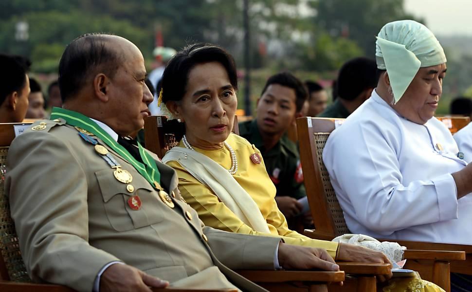 Suu Kyi aparece com militares