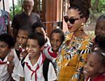 Beyoncé posa com estudantes durante passeio pelo centro de Havana, em Cuba