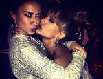 Thaila Ayala posta foto de abraço provocativo com Sabrina Sato