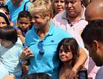 Xuxa participa de passeata na orla do Leblon, no Rio