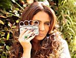 Giovanna faz graça com sua capinha de celular em forma de soco inglês