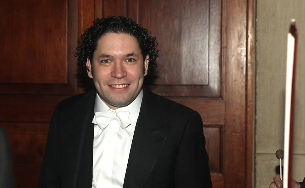 Maestro venezuelano Gustavo Dudamel rege orquestra na Sala São Paulo