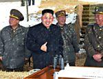 Kim Jong-un, ditador da Coreia do Norte, inspeciona um treinamento militar realizado no dia 20 de março, que contou com o uso de drones e misseis interceptadores