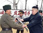 Em imagem divulgada pela agência de notícias norte-coreana, Kim Jong-un manuseia um rifle automático histórico durante visita a Unidade 1973 do Exército, em local não divulgado, no dia 22 de março