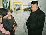 Imagem sem data mostra o dirigente da Coreia do Norte, Kim Jong-un falando com uma mulher em local não divulgado. A foto foi feita a partir de um vídeo transmitido no canal estatal KRT no dia 8 de março