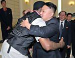 Kim Jong-un recebeu a visita do ex-jogador da NBA Dennis Rodman. A foto, sem data, foi divulgada pela agência de notícias KCNA no dia 1º de março