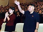 Foto sem data divulgada pela agência de notícias KCNA em 27 de julho de 2012 mostra o ditador Kim Jong-un ao lado de sua mulher Ri Sol-ju após assistirem uma performance de membros da Força de Segurança Interna do Povo Coreano (KPISF) no teatro Ponghwa, em Pyongyang