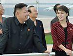 Kim Jong-Um, ditador da Coreia do Norte, ao lado de Ri Sol-ju, sua mulher em imagem divulgada no dia 25 de julho de 2012