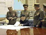Em foto do dia 29 de março, Kim Jong-un discute um plano de ataque com oficiais norte-coreanos durante um encontro urgente em local não divulgado
